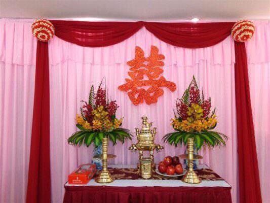 Cắm hoa trên bàn thờ gia tiên vào ngày cưới