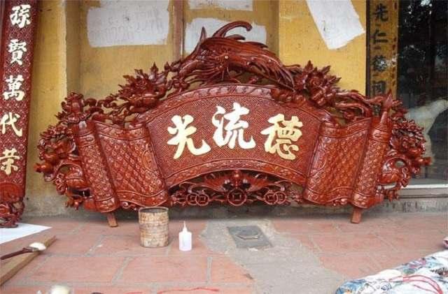 Cuốn thư, câu đối là một vật phẩm thường có trên bàn thờ