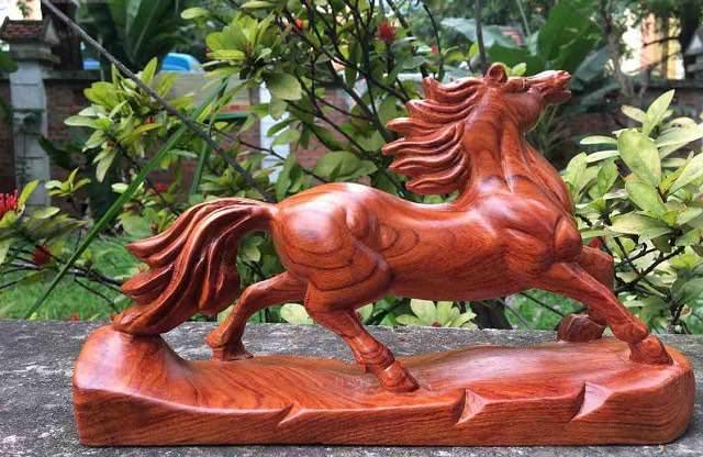 Ngựa phong thủy bằng gỗ mang đến may mắn, bình an cho gia chủ
