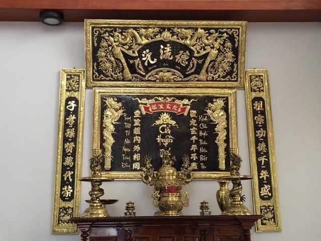 Hoành phi câu đối được treo ở bàn thờ gia tiên, bàn thờ họ