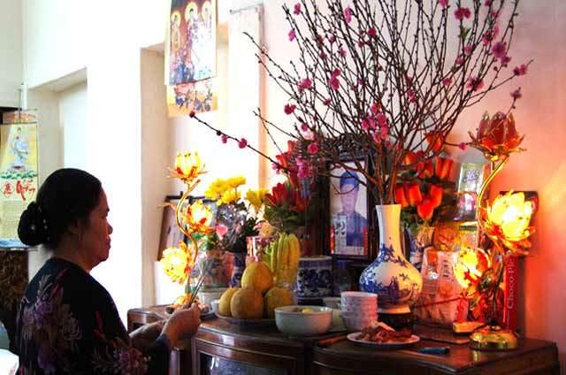 Thắp hương tưởng nhớ về người đã khuất - Phong tục thờ cúng tổ tiên của người Việt Nam