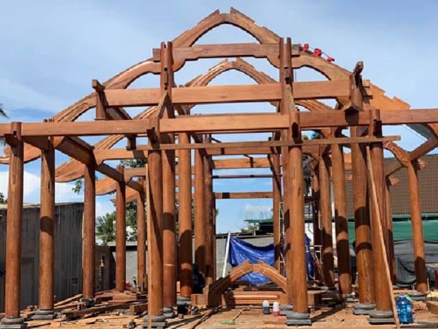Cột nhà gỗ cổ truyền thống khá chắc chắn, được điêu khắc tinh tế ấn tượng