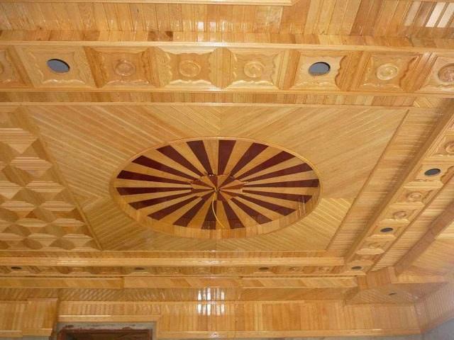 Mẫu trần nhà cách điệu bằng sự kết hợp nhiều màu sắc