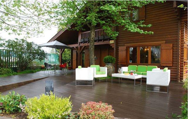 Thiết kế nhà cấp 4 bằng gỗ màu tối mang đến vẻ đẹp sang trọng, không kém phần hiện đại