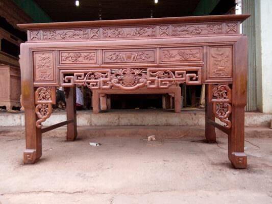 Gỗ gụ là lựa chọn hoàn hảo trong các mẫu bàn thờ ô xa.