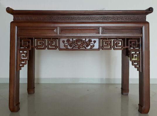 Rất nhiều những họa tiết chạm khắc tinh xảo thường được tìm thấy trên các thiết kế bàn án gian