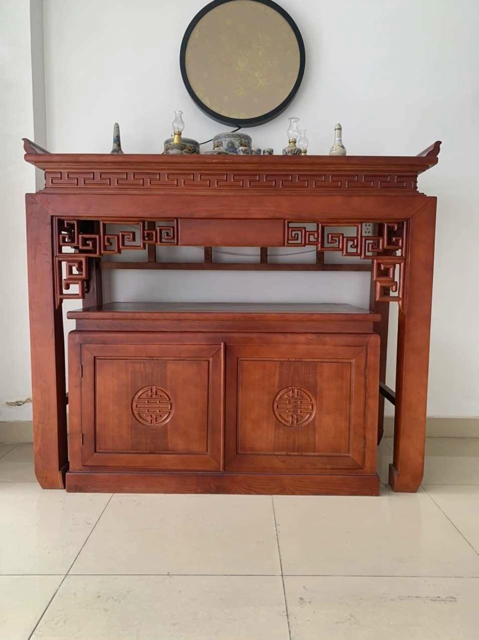 bàn thờ gỗ gụ trần mộc kết hợp với tủ đồ triện chữ vạn