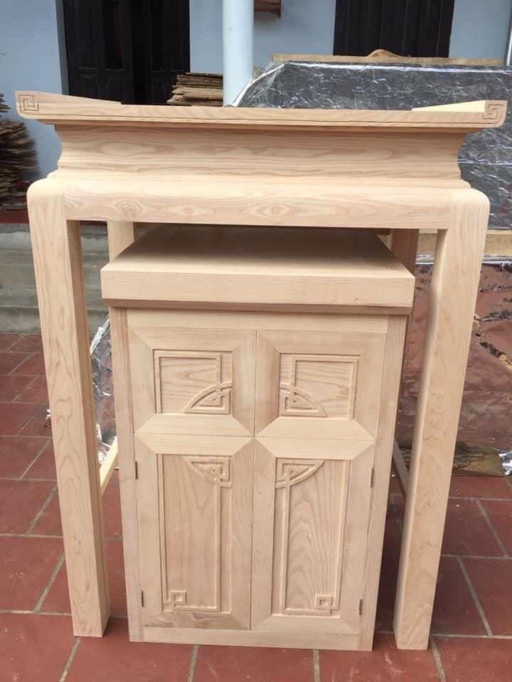 Bàn thờ được làm từ gỗ dổi màu sắc rất đồng đều và sáng